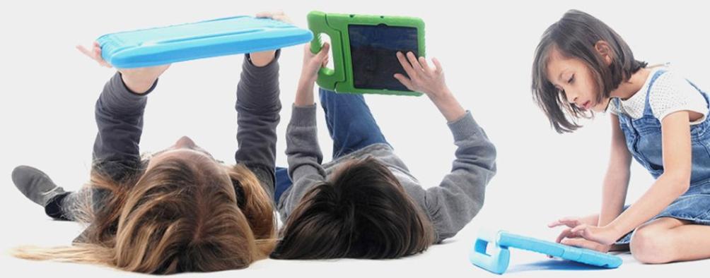 bambini che usano tablet con custodia